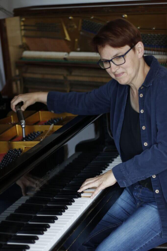 Klavierbaumeisterin Claudia Pioch