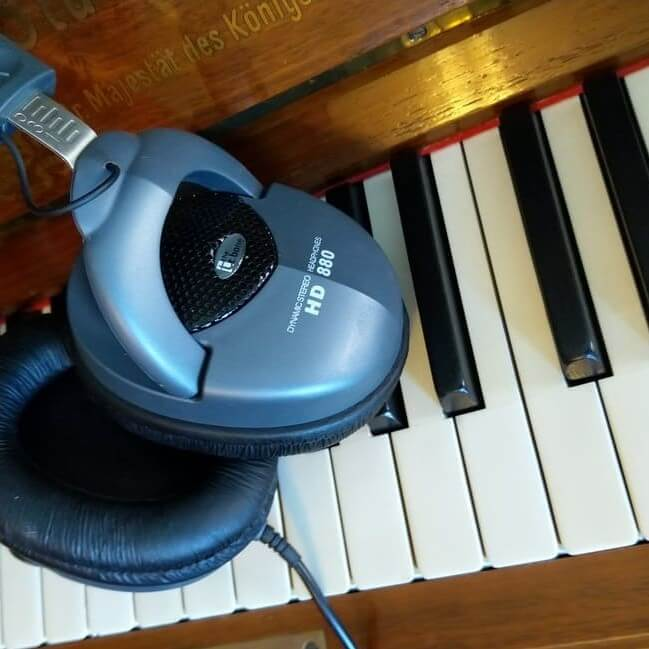 Kopfhörer im Klavier